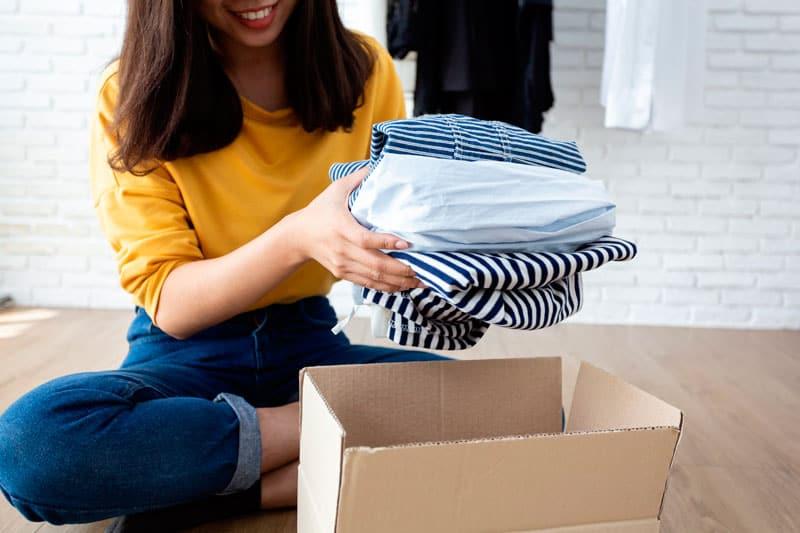 empacar la ropa para la mudanza
